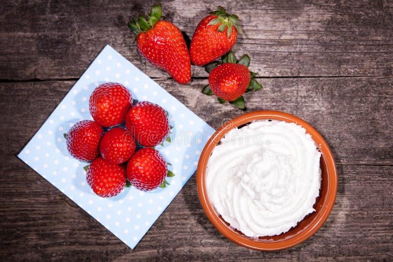 Φράουλες και κρέμα εγκαταστάσεων, vegan εναλλακτική λύση με τη σόγια ή κοκοφοίνικες στοκ φωτογραφία