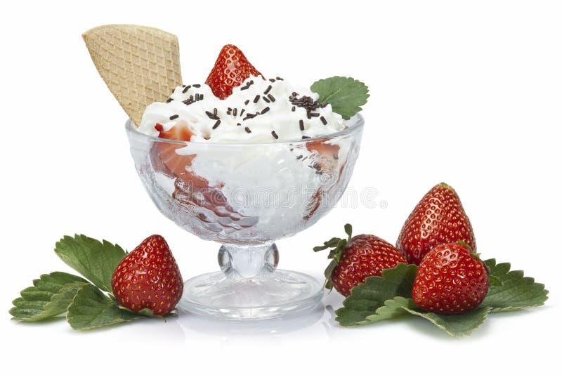 Φράουλες και κτυπημένη κρέμα στοκ εικόνα με δικαίωμα ελεύθερης χρήσης