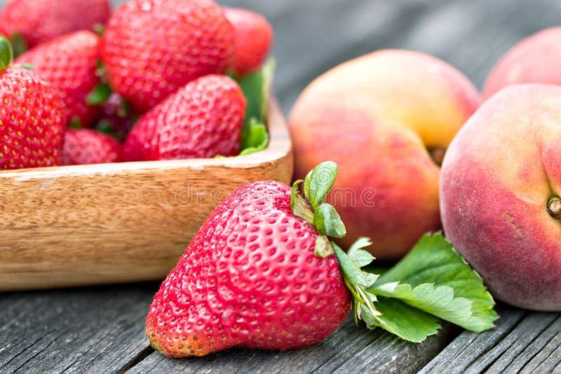 φράουλες ροδάκινων στοκ εικόνες