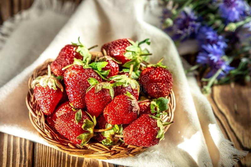 Φράουλες σε ένα καλάθι στοκ εικόνες με δικαίωμα ελεύθερης χρήσης