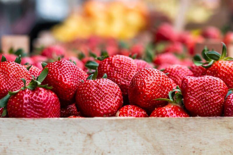 Φράουλες στην αγορά στοκ εικόνα