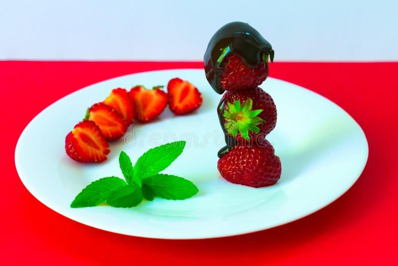 Φράουλες στη σοκολάτα και τη μέντα σε ένα άσπρο πιάτο r στοκ φωτογραφία με δικαίωμα ελεύθερης χρήσης
