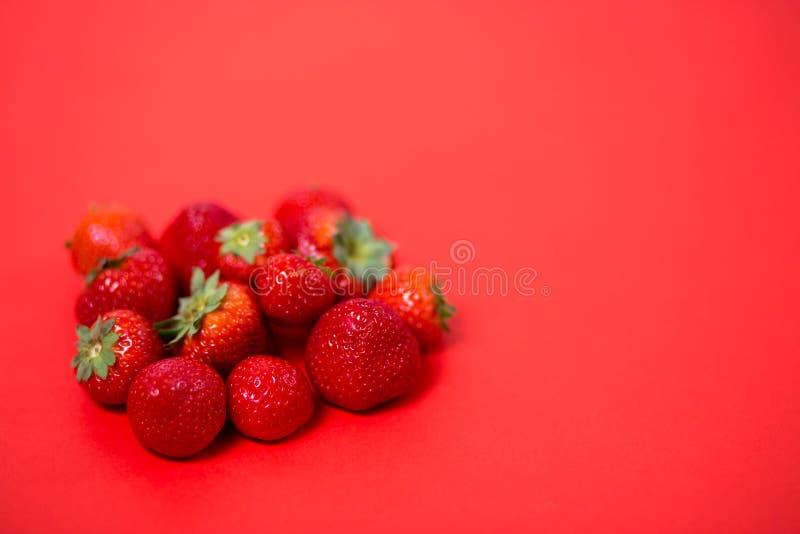Φράουλες στο κόκκινο υπόβαθρο στοκ φωτογραφία με δικαίωμα ελεύθερης χρήσης