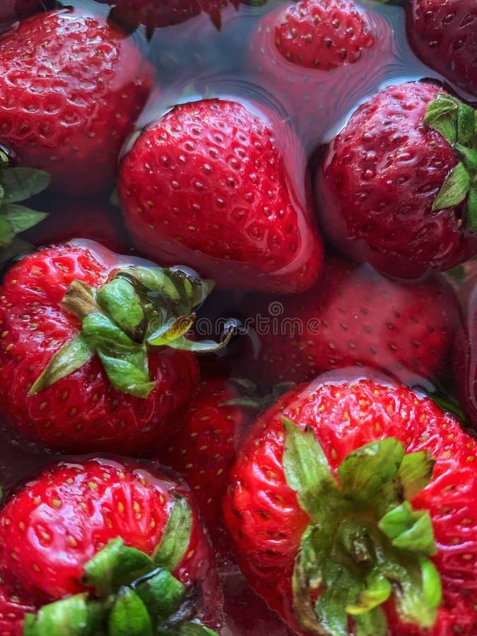 Φράουλες στο νερό στοκ εικόνα