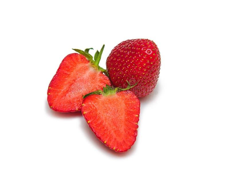 Φράουλες - 2 φέτες και μια ολόκληρη περικοπή σε ένα άσπρο υπόβαθρο που απομονώνεται στοκ φωτογραφία