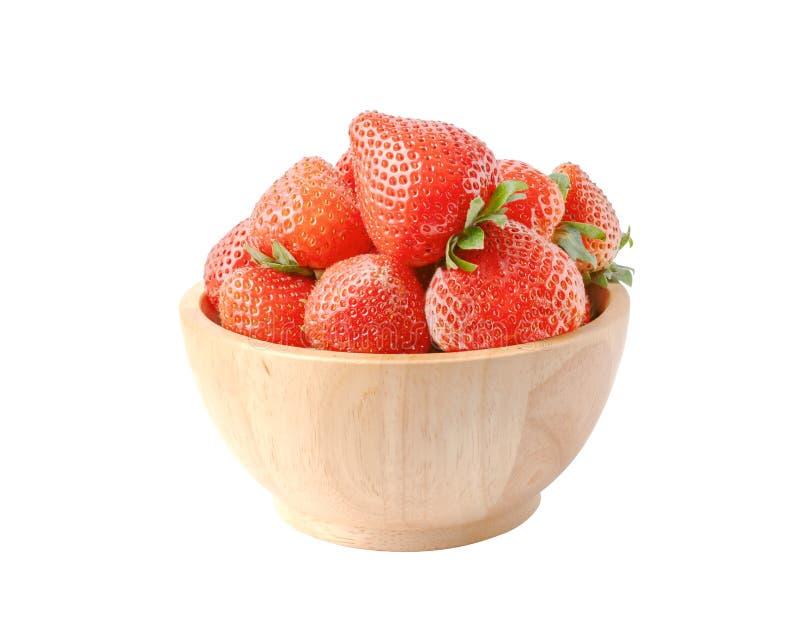 Φράουλες ώριμες σε ξύλινο μπολ στο λευκό φόντο στοκ εικόνα με δικαίωμα ελεύθερης χρήσης