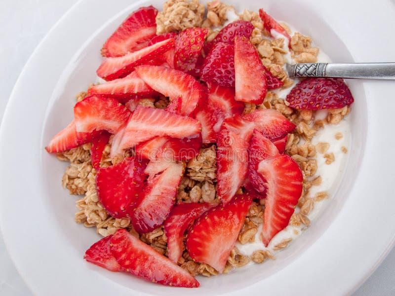 Φράουλες Granola, γάλακτος και περικοπών στο άσπρο κύπελλο στοκ εικόνες με δικαίωμα ελεύθερης χρήσης