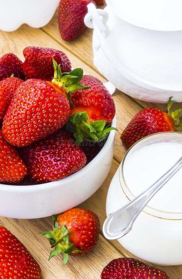 Φράουλα και γαλακτοκομικά προϊόντα στοκ φωτογραφία με δικαίωμα ελεύθερης χρήσης
