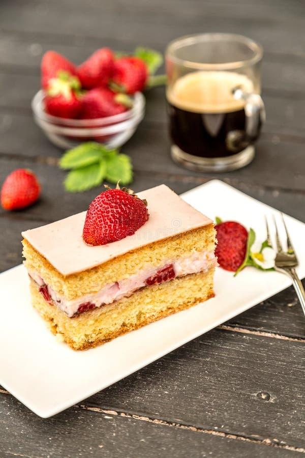 φράουλα κομματιού κέικ στοκ εικόνες