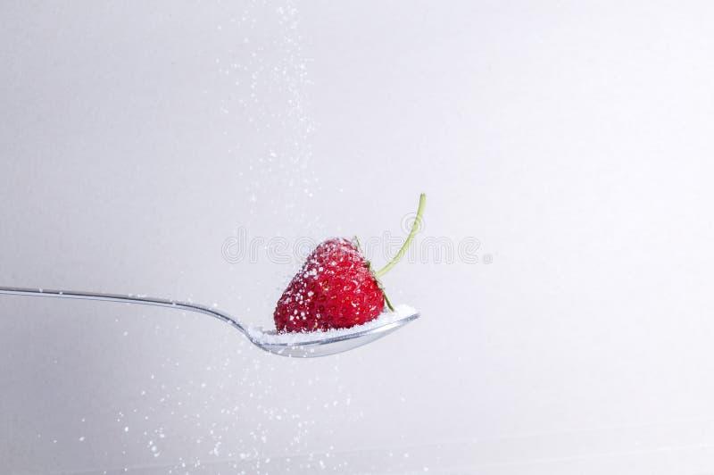 Φράουλα με τη ζάχαρη στοκ φωτογραφία