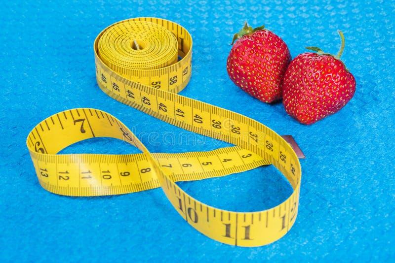 Φράουλα με το μετρικό μέτρο ταινιών στοκ εικόνα με δικαίωμα ελεύθερης χρήσης