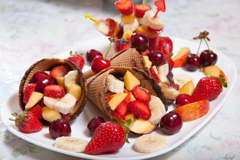 Φράουλα παγωτού με τα φρούτα στοκ εικόνες με δικαίωμα ελεύθερης χρήσης