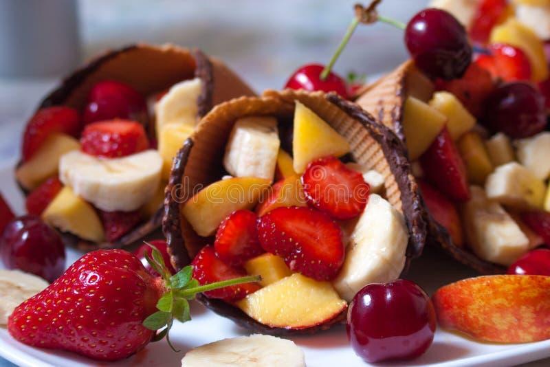 Φράουλα παγωτού με τα φρούτα στοκ φωτογραφία