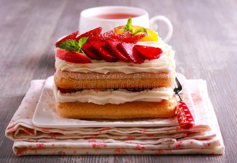 Φράουλα, ροδάκινα, κρέμα με τα μπισκότα savoiardi στοκ φωτογραφίες