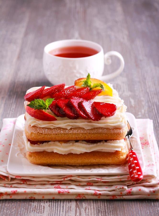 Φράουλα, ροδάκινα, κρέμα με τα μπισκότα savoiardi στοκ εικόνες με δικαίωμα ελεύθερης χρήσης