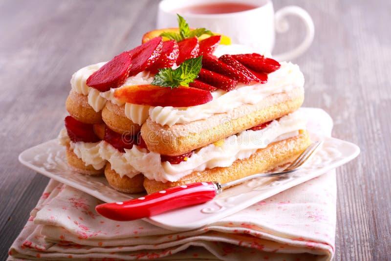 Φράουλα, ροδάκινα, κρέμα με τα μπισκότα savoiardi στοκ εικόνα με δικαίωμα ελεύθερης χρήσης