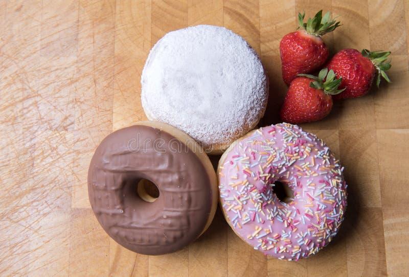 Φράουλα, σοκολάτα και μαρμελάδα donuts στοκ φωτογραφία με δικαίωμα ελεύθερης χρήσης