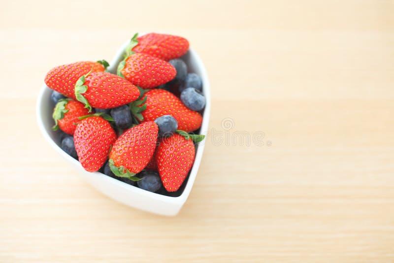 Φράουλα στο κύπελλο μορφής καρδιών στοκ φωτογραφίες με δικαίωμα ελεύθερης χρήσης