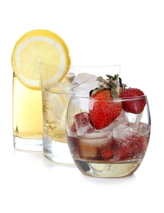 Φράουλες και γυαλί λεμονιών στοκ φωτογραφία με δικαίωμα ελεύθερης χρήσης