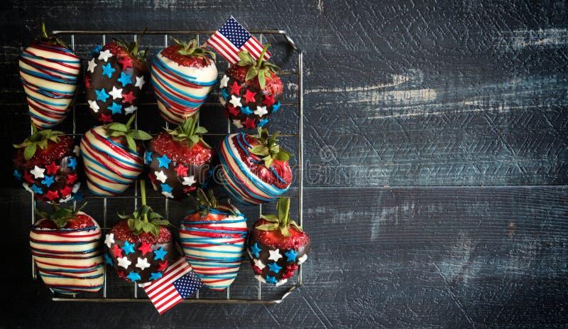 Φράουλες με τη διακόσμηση ΑΜΕΡΙΚΑΝΙΚΩΝ σημαιών στοκ εικόνα