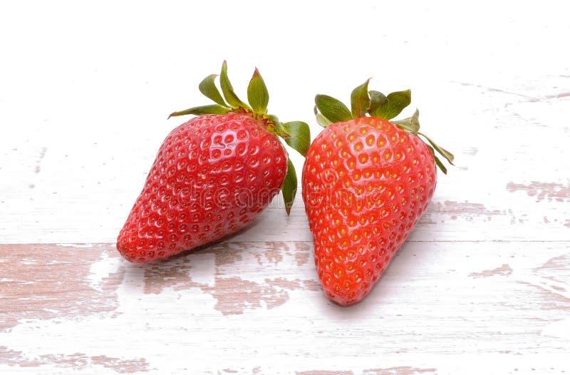 Φράουλες που απομονώνονται στην άσπρη ανασκόπηση στοκ φωτογραφίες