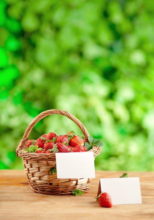 Φράουλες σε ένα καλάθι αχύρου στοκ φωτογραφίες