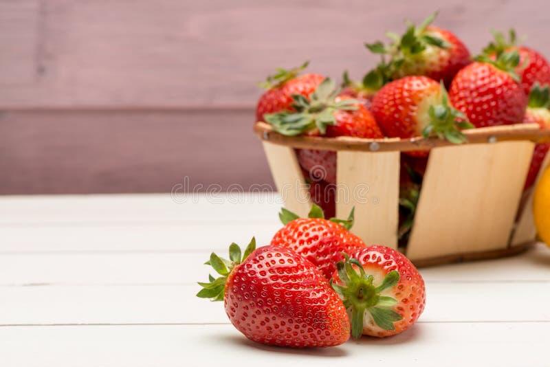 Φράουλες σε ένα μικρό καλάθι στοκ φωτογραφία με δικαίωμα ελεύθερης χρήσης