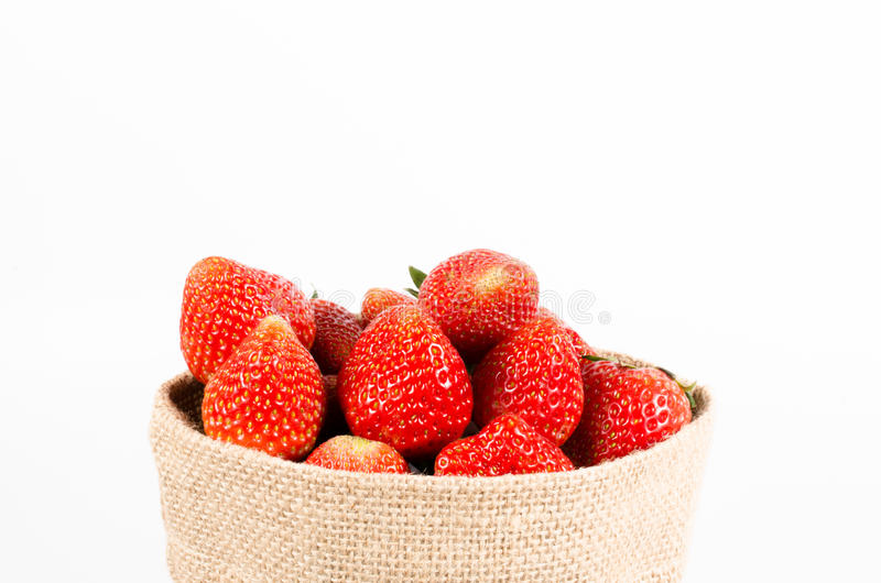 Φράουλες στην τσάντα σάκων στοκ φωτογραφία