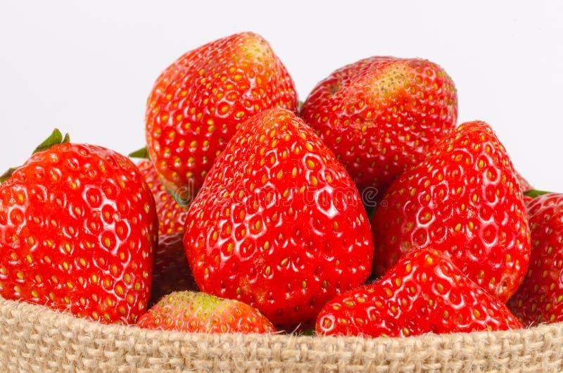 Φράουλες στην τσάντα σάκων στοκ εικόνα με δικαίωμα ελεύθερης χρήσης