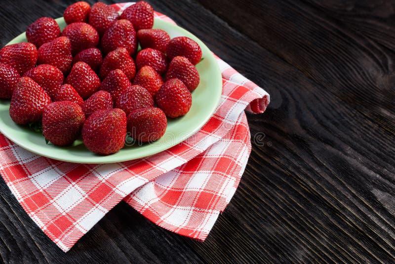 Φράουλες στο πιάτο στοκ φωτογραφίες