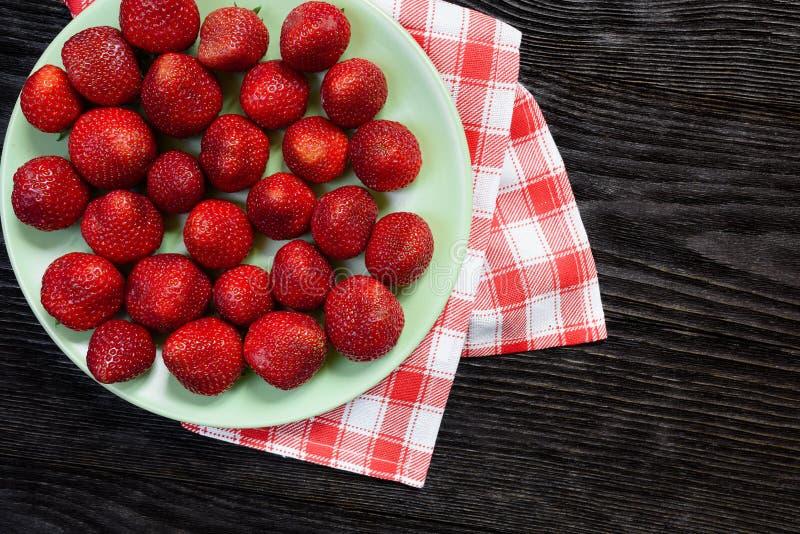 Φράουλες στο πιάτο στοκ εικόνα