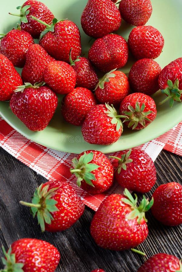 Φράουλες στο πιάτο στοκ φωτογραφίες με δικαίωμα ελεύθερης χρήσης