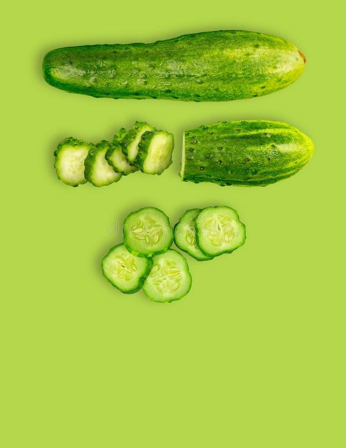 Φρέσκα αγγούρια στο πράσινο απομονωμένο υπόβαθρο στοκ φωτογραφία με δικαίωμα ελεύθερης χρήσης