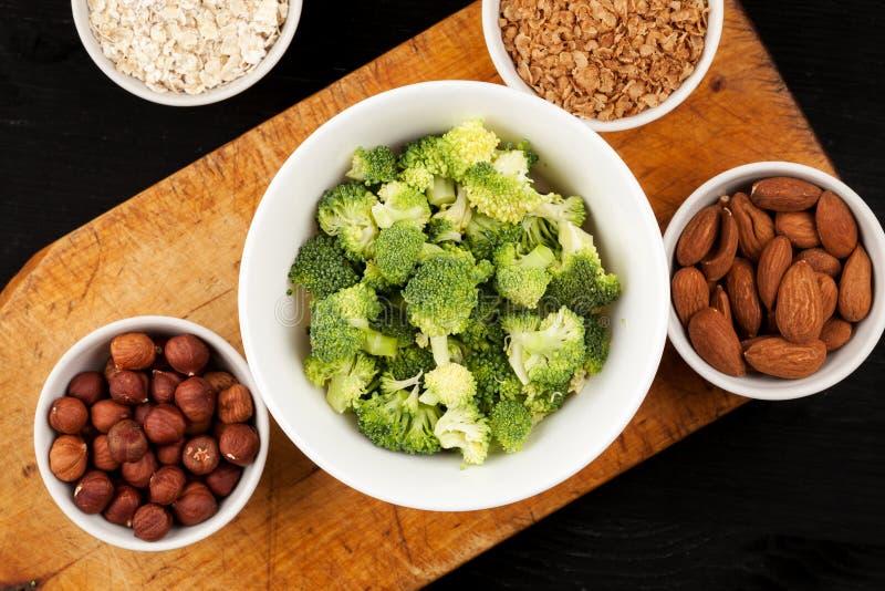 Φρέσκα ακατέργαστα λαχανικά με τα καρύδια και δημητριακά για το μαγείρεμα ή την κατανάλωση r r στοκ φωτογραφίες