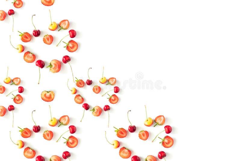 Φρέσκα ακατέργαστα οργανικά εποχιακά μούρα φρούτων σε ένα άσπρο υπόβαθρο στοκ εικόνες