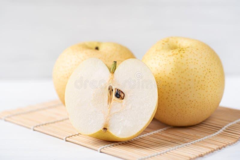Φρέσκα ασιατικά φρούτα αχλαδιών στο φύλλο μπαμπού στοκ εικόνες