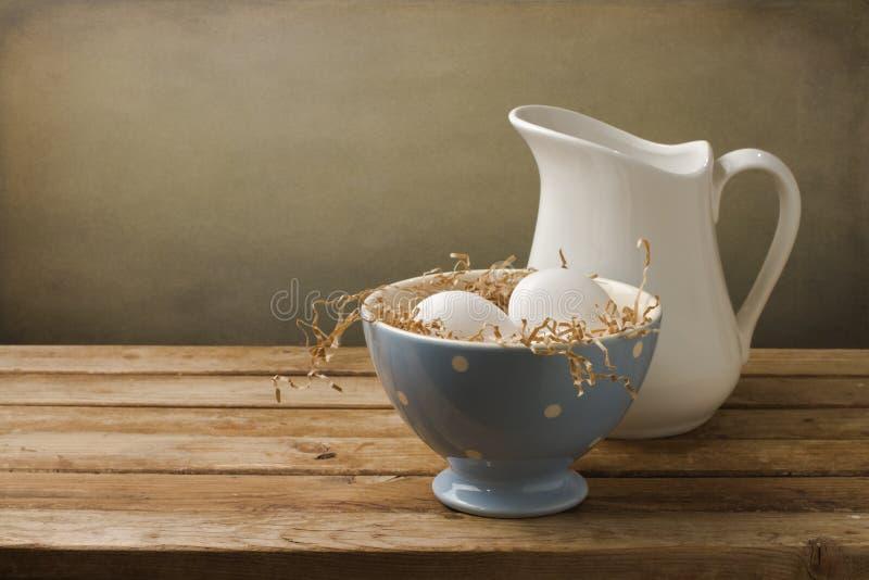 Φρέσκα αυγά με την άσπρη κανάτα στοκ φωτογραφίες με δικαίωμα ελεύθερης χρήσης