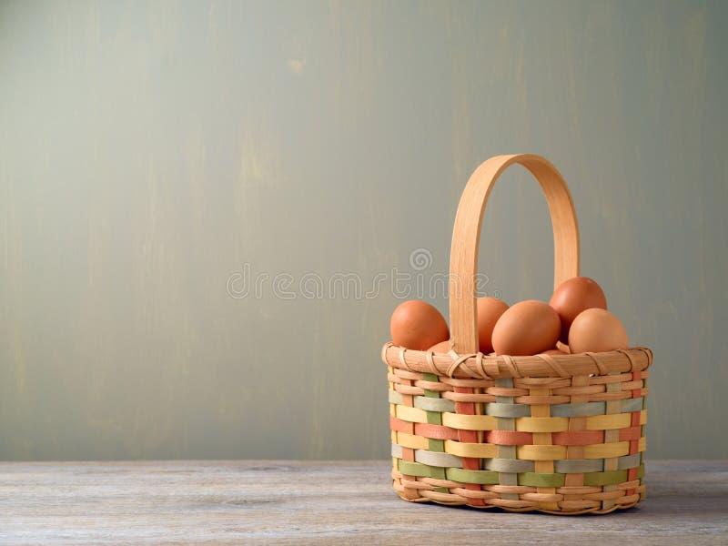 Φρέσκα αυγά στο κακό καλάθι στοκ φωτογραφία με δικαίωμα ελεύθερης χρήσης