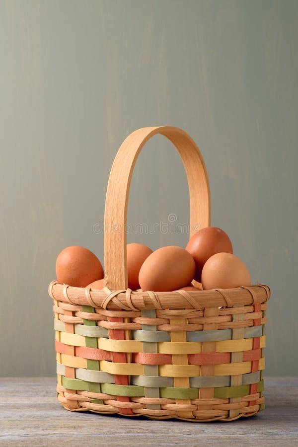 Φρέσκα αυγά στο κακό καλάθι στοκ εικόνα