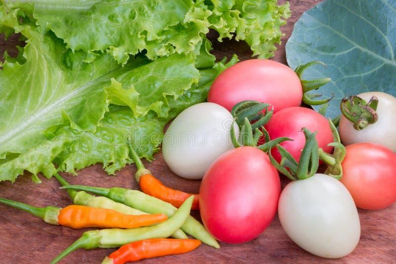 Φρέσκα λαχανικά, μαρούλι, ντομάτα, κινεζικά κατσαρό λάχανο και τσίλι στοκ εικόνα με δικαίωμα ελεύθερης χρήσης