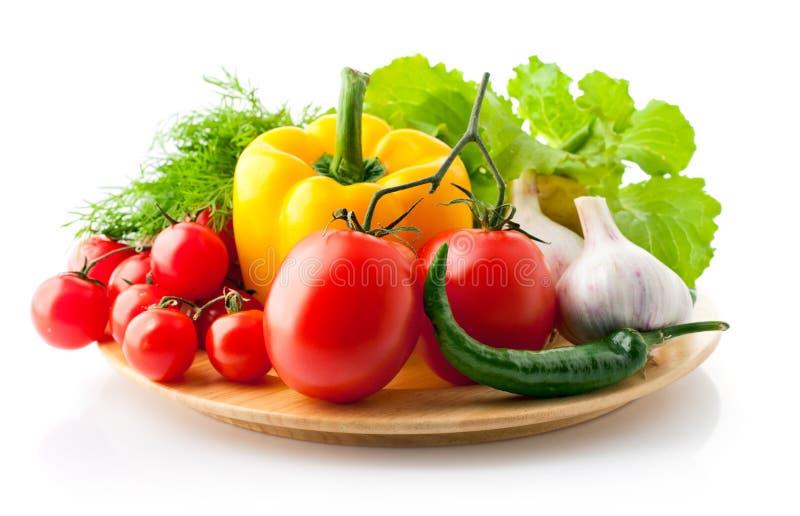 Φρέσκα λαχανικά με τα πράσινα και το καρύκευμα στοκ φωτογραφίες