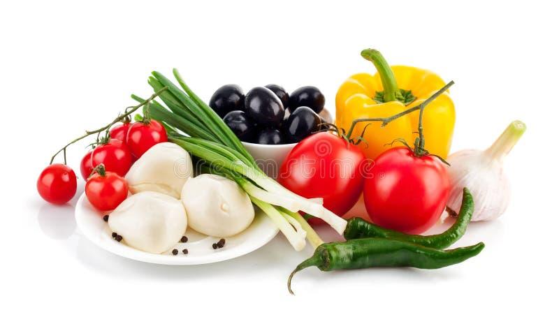 Φρέσκα λαχανικά με την ιταλική μοτσαρέλα τυριών στοκ εικόνες με δικαίωμα ελεύθερης χρήσης