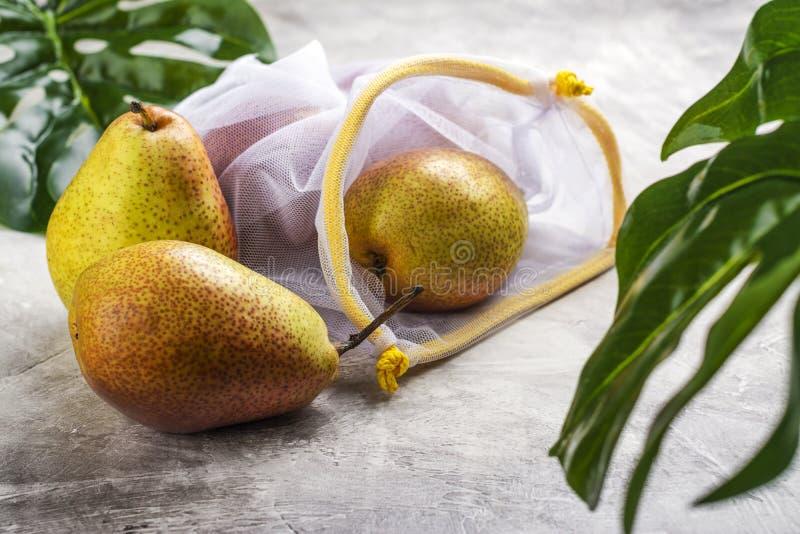 Φρέσκα αχλάδια σε μια τσάντα πλέγματος στοκ εικόνα