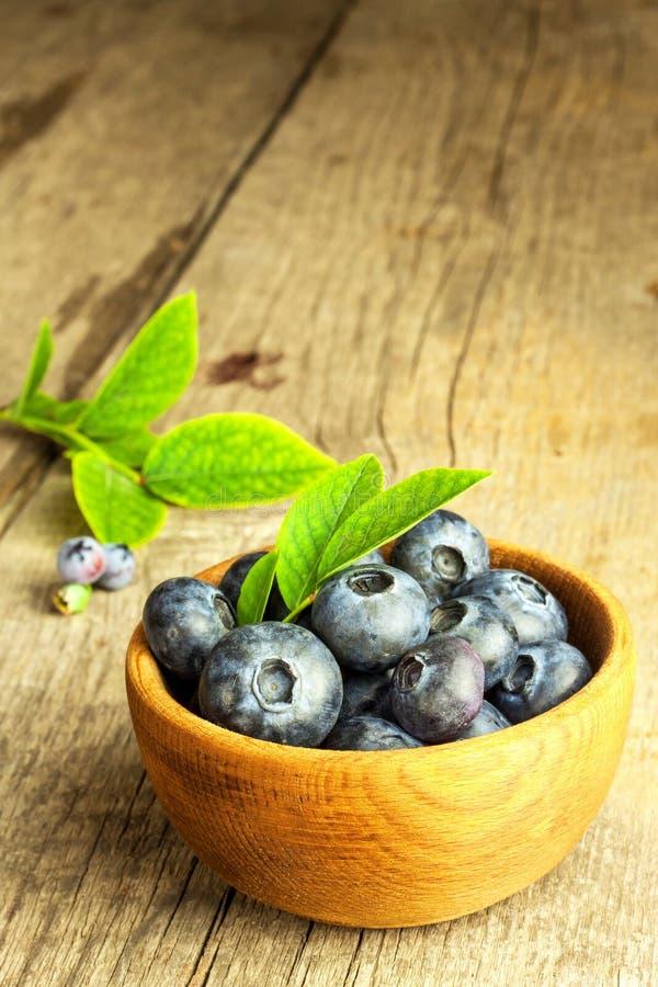 Φρέσκα βακκίνια σε έναν ξύλινο πίνακα Υγιή θερινά φρούτα Γούστο του καλοκαιριού Ανάπτυξη των βακκινίων Διαφήμιση στα βακκίνια στοκ εικόνες