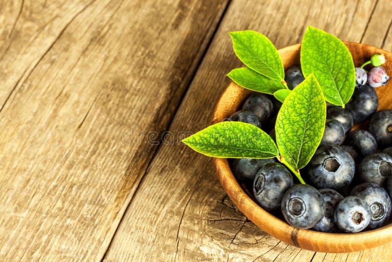 Φρέσκα βακκίνια σε έναν ξύλινο πίνακα Υγιή θερινά φρούτα Γούστο του καλοκαιριού Ανάπτυξη των βακκινίων Διαφήμιση στα βακκίνια στοκ φωτογραφίες
