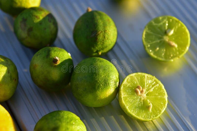 Φρέσκα βασικά φρούτα ασβέστη που κόβονται στο μισό στοκ εικόνα