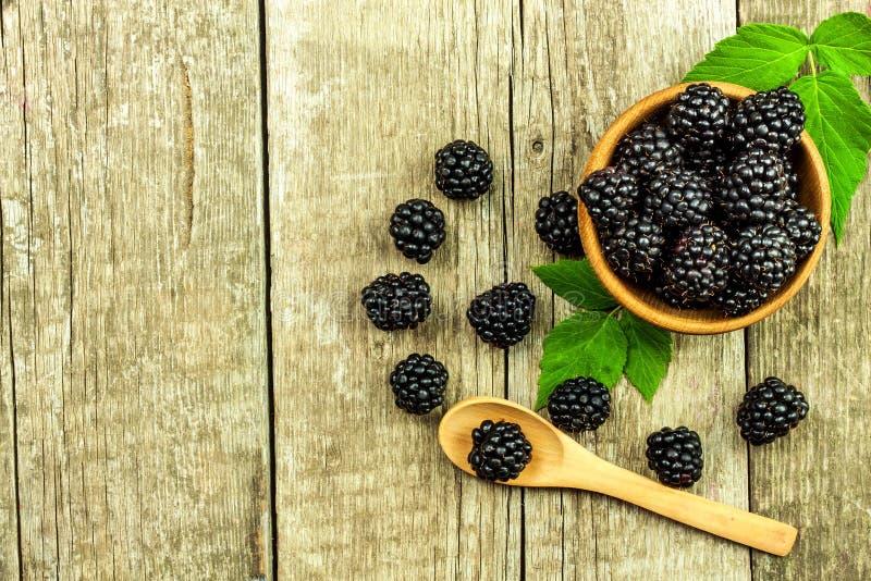 Φρέσκα βατόμουρα σε ένα ξύλινο κύπελλο Υγιή δασικά φρούτα Πωλήσεις των βατόμουρων τρόφιμα υγιή στοκ φωτογραφία με δικαίωμα ελεύθερης χρήσης