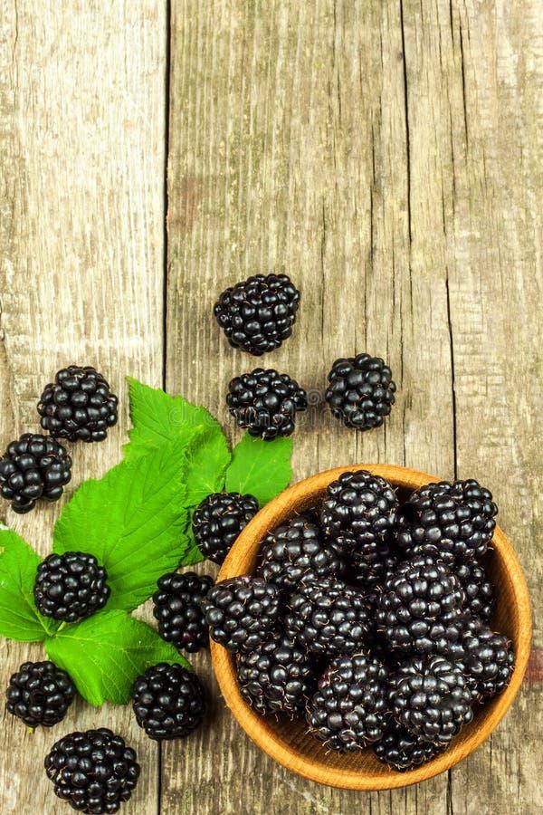 Φρέσκα βατόμουρα σε ένα ξύλινο κύπελλο Υγιή δασικά φρούτα Πωλήσεις των βατόμουρων τρόφιμα υγιή στοκ εικόνα με δικαίωμα ελεύθερης χρήσης