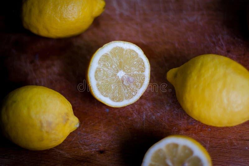 Φρέσκα βιο λεμόνια στο ξύλο στοκ εικόνα με δικαίωμα ελεύθερης χρήσης