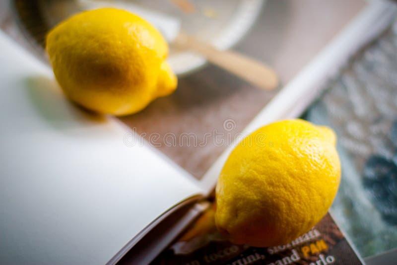 Φρέσκα βιο λεμόνια στο ξύλο στοκ εικόνες με δικαίωμα ελεύθερης χρήσης